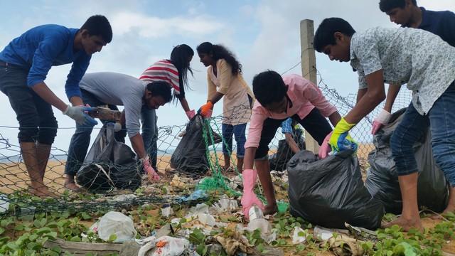 "Work Shop "" Beach Clean Up"" met de oudste leerlingen in Mt. Lavinia op 30 november 2016."